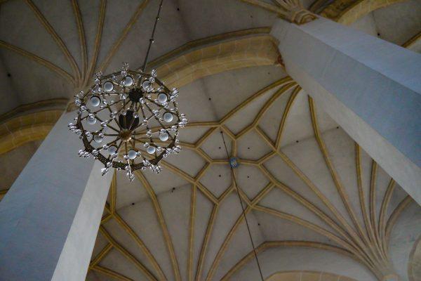 dieses Foto zeigt einen Leuchter in einer Kirche